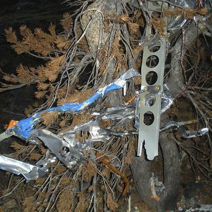 Wrackteile an der Absturzstelle: Das Flugzeug ist völlig zerstört