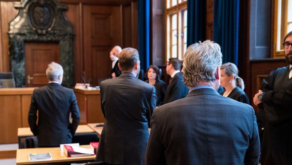 Drei von sechs Angeklagten im Landgericht Nürnberg
