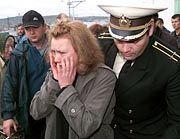 Trauer in Murmansk: Irina Korobkova, Frau des Zweiten Leutnants Alexej Korobkov, weint bei der Ankunft auf dem Bahnhof.