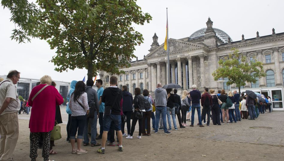 Besucherschlange vor dem Reichstag