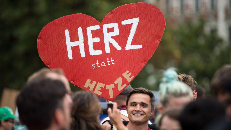 """Teilnehmer der Kundgebung des Bündnisses Chemnitz Nazifrei unter dem Motto """"Herz statt Hetze"""""""