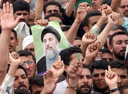 Anhänger des Schiiten-Führers Mahammed Bakir a-Hakim in Basra