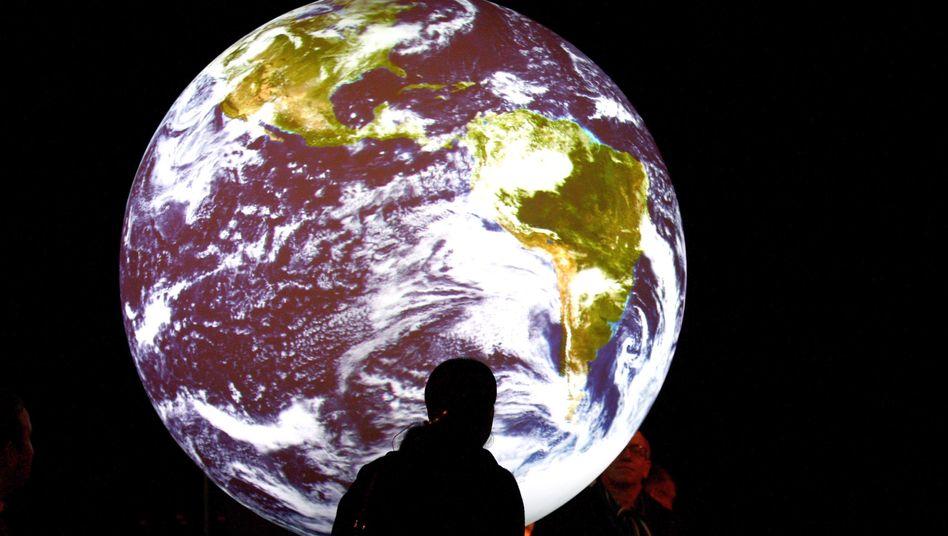 """Mann vor Weltkugel-Installation in Kopenhagen: """"Unterstützung der Menschen in aller Welt"""""""