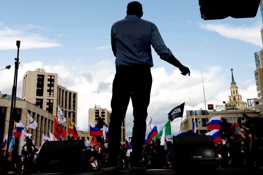 Nawalny spricht auf einer Demonstration im Sommer 2020
