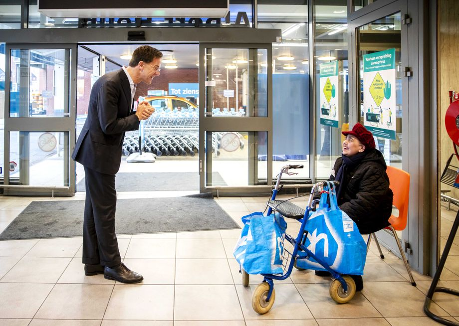 Will sich als Verteidiger nationaler Interessen positionieren: Mark Rutte in einem Supermarkt in Den Haag