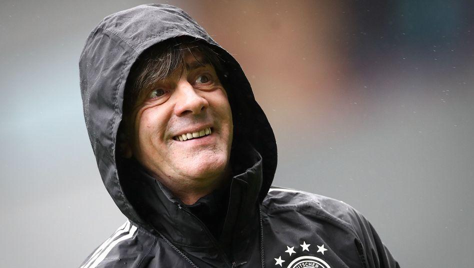 Bundestrainer Joachim Löw stand nach dem Abstieg aus der Nations-League-Gruppe A eigentlich im Regen. Jetzt hat er wieder Grund zum Lächeln