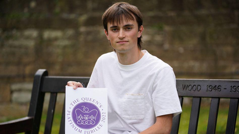 Designstudent Edward Roberts aus Leeds mit dem von ihm entworfenen royalen Jubiläumslogo
