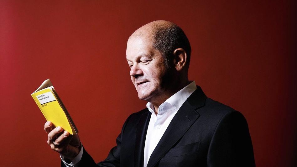 """Sozialdemokrat Scholz mit der Reclam-Ausgabe von """"Politik als Beruf"""":""""Ich bin kein Volkstribun"""""""