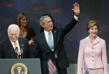 Wahlsieger Bush mit Vize Cheney und Frau Laura: Warum haben sich die Demoskopen geirrt?