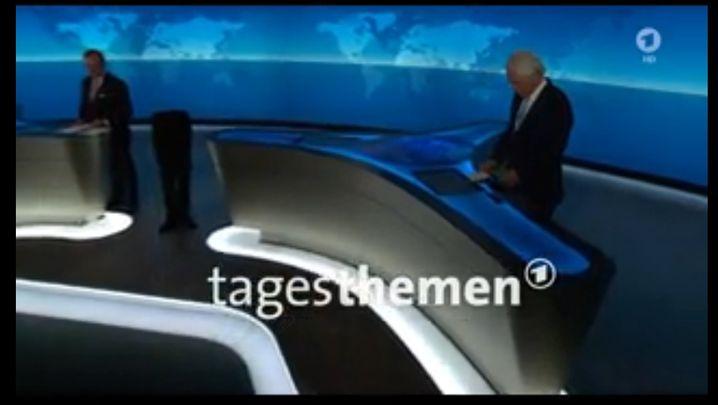 """Screenshot aus den """"Tagesthemen"""" der ARD: Beine ohne Oberkörper"""