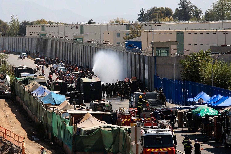 Polizei setzt Wasserwerfer gegen Familienangehörige ein die sich vor dem Gefängnis Santiago 1 versammelt haben (Foto Coordinadora 18 de Octubre)