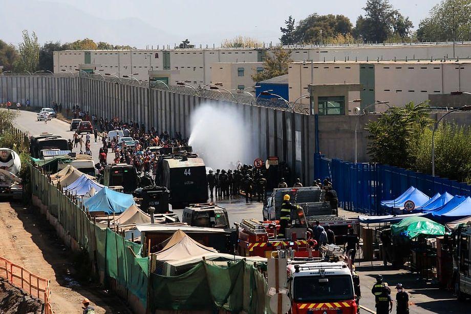 Die Polizei setzt Wasserwerfer gegen Familienangehörige ein, die sich vor dem Gefängnis Santiago 1 versammelt haben
