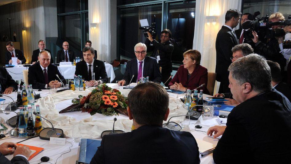 Putin, Berater Surkow, Steinmeier, Merkel, Kanzlerberater Heusgen (verdeckt) und Poroschenko (r.) im Kanzleramt
