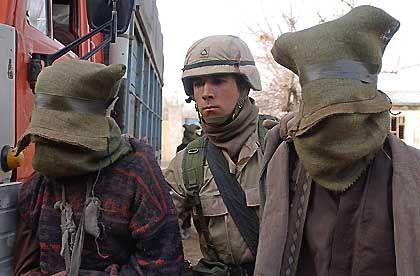 Gehen mit ihren Feinden nicht zimperlich um: US-Soldat in Afghanistan mit zwei Gefangenen