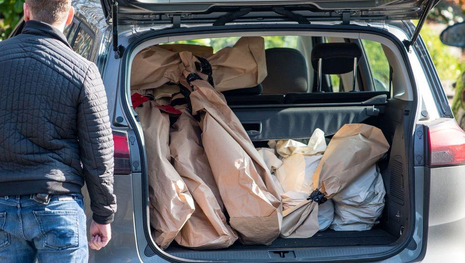 Bei der Razzia Mitte März durchsuchten 400 Polizisten in zehn Bundesländern Wohnungen - das Bild zeigt den Einsatz in Gummersbach (Archiv)