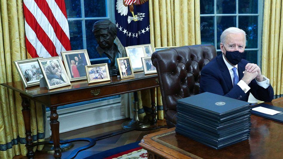 Biden am ersten Arbeitstag im Oval Office