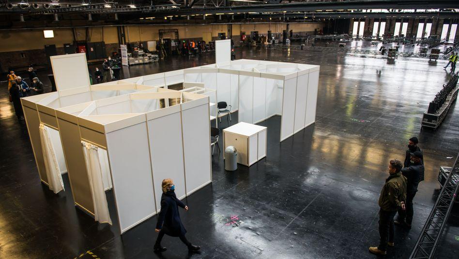 Berlin: Muster-Impfkabine in der Arena Treptow.