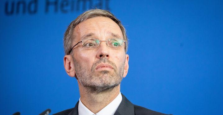 04.09.2018, Berlin: Herbert Kickl (FPÖ), Innenminister von Österreich, gibt nach einem Gespräch mit Innenminister Seehofer (CSU) eine Pressekonferenz. Foto: Kay Nietfeld/dpa +++ dpa-Bildfunk +++ | Verwendung weltweit