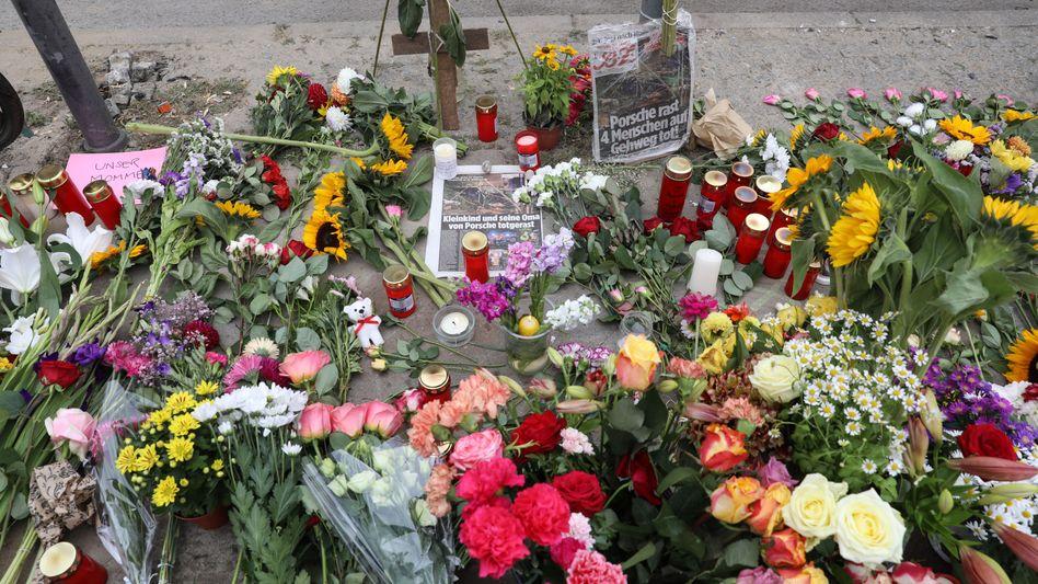 Kerzen, Blumen und Zeitungen: Trauer in Berlin