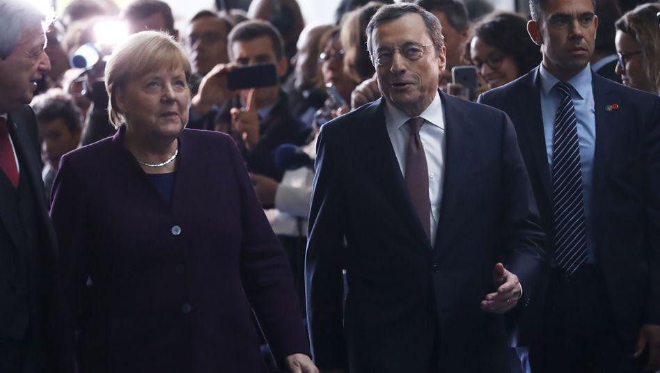 """Mario Draghi und Angela Merkel beim Festakt in der EZB in Frankfurt: """"Du hast den Euro durch unruhige See navigiert"""""""