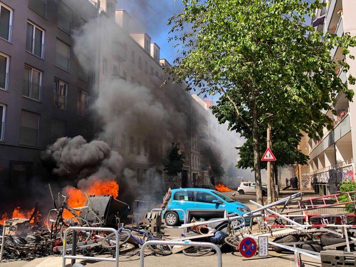 Brennende Barrikaden in der Rigaer Straße in Berlin-Friedrichshain