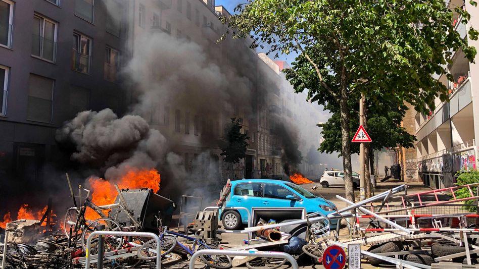 Brennende Barrikaden in der Rigaer Straße: Dichte Rauchschwaden zogen am Mittwoch durch Berlin