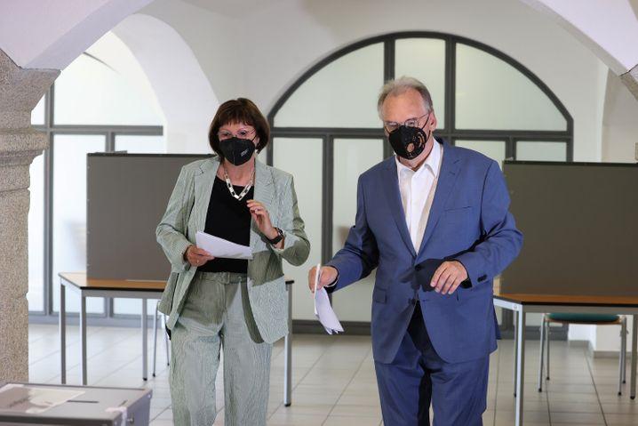 Ehepaar Reiner und Gabriele Haseloff bei der Stimmabgabe