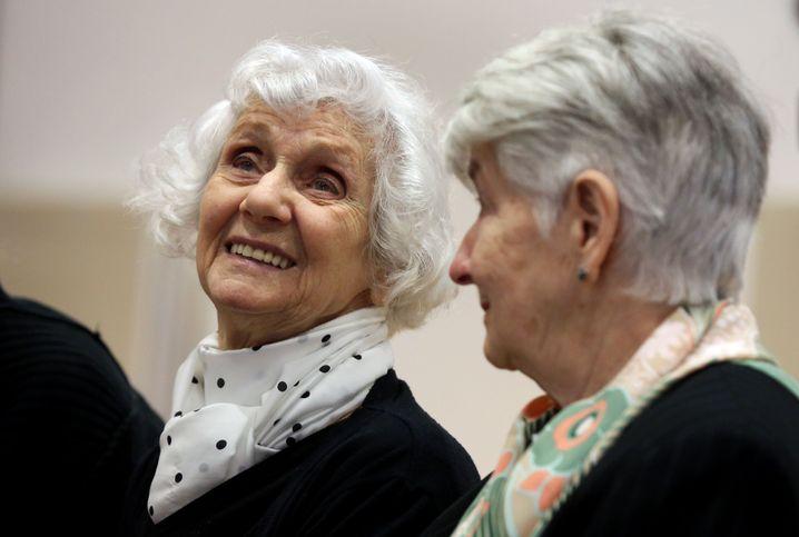 """Überlebende Eva Pusztai-Fahidi (l.) und Hedy Bohm: """"Man weiß etwas"""""""