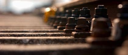 Alle Schrauben angezogen? Eisenbahnschienen müssen permanent instand gehalten werden