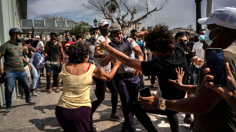 Verhaftung eines Demonstranten in Havanna: »Der Präsident hetzt Kubaner gegen Kubaner auf«