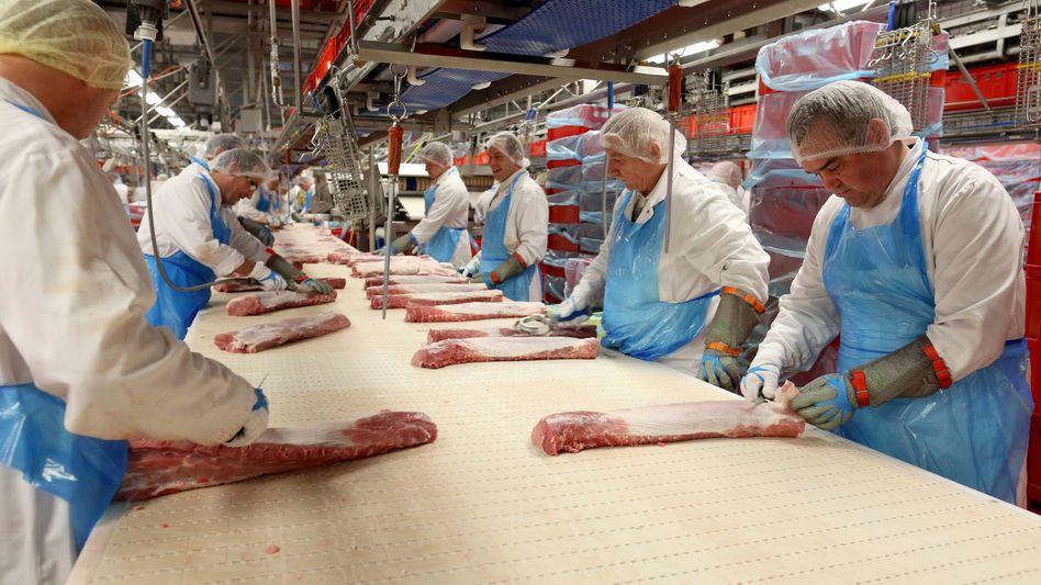 Arbeiter in der Fleischproduktion bei Tönnies (Archiv): bald alle fest angestellt