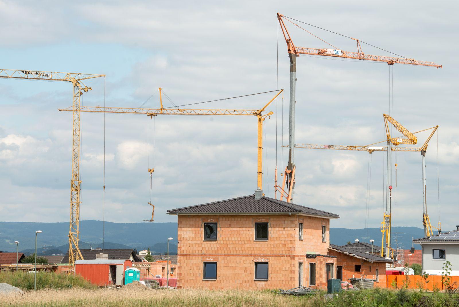 Hausbau / Immobilie / Baustelle / Kran