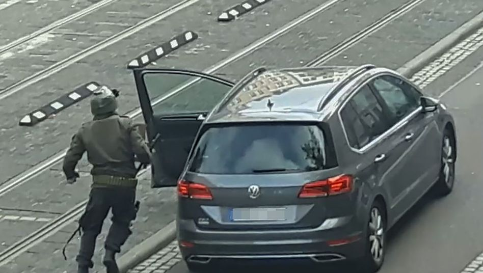 Der Attentäter von Halle steigt in seinen Leihwagen: Ein Reifen ist zerschossen