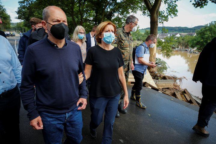 Die Ministerpräsidentin von Rheinland-Pfalz Malu Dreyer (SPD) mit dem SPD-Kanzlerkandidaten Olaf Scholz im überfluteten Bad Neuenahr
