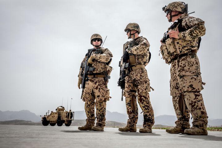 Bundeswehrsoldaten bewachen einen Konvoi in Masar-I-Scharif