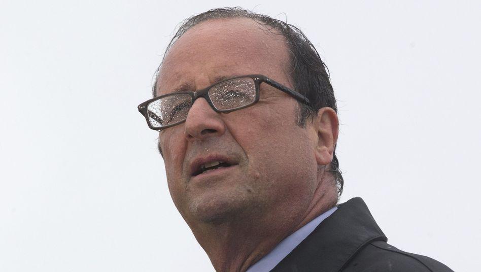 Präsident Hollande im Regen bei einer Rede auf der Ile de Sein: Seine Visionen bleiben wolkig