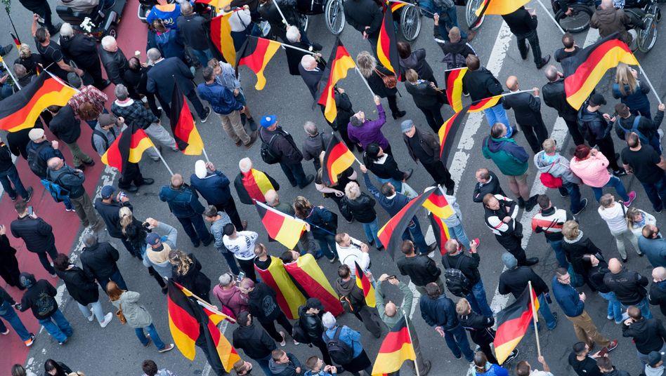 Teilnehmer der Demonstration von AfD und dem ausländerfeindlichen Bündnis Pegida