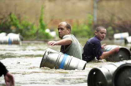 In Tschechien versucht ein Brauereimitarbeiter zu retten, was das Unwetter nicht zerstört hat