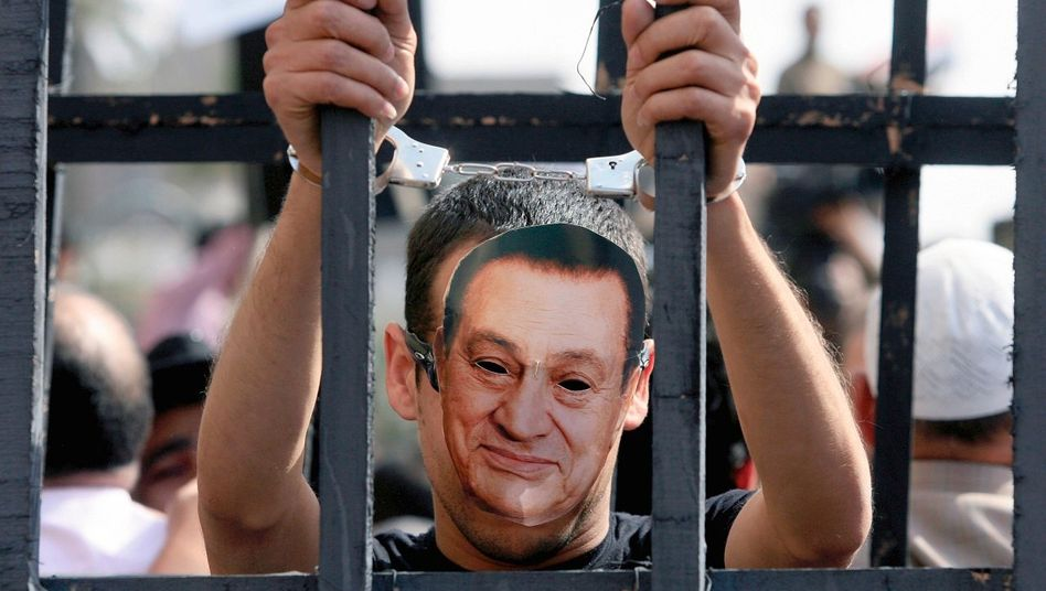Demonstrant mit Mubarak-Maske in Kairo: »Plumpe Versuche, sich reinzuwaschen«