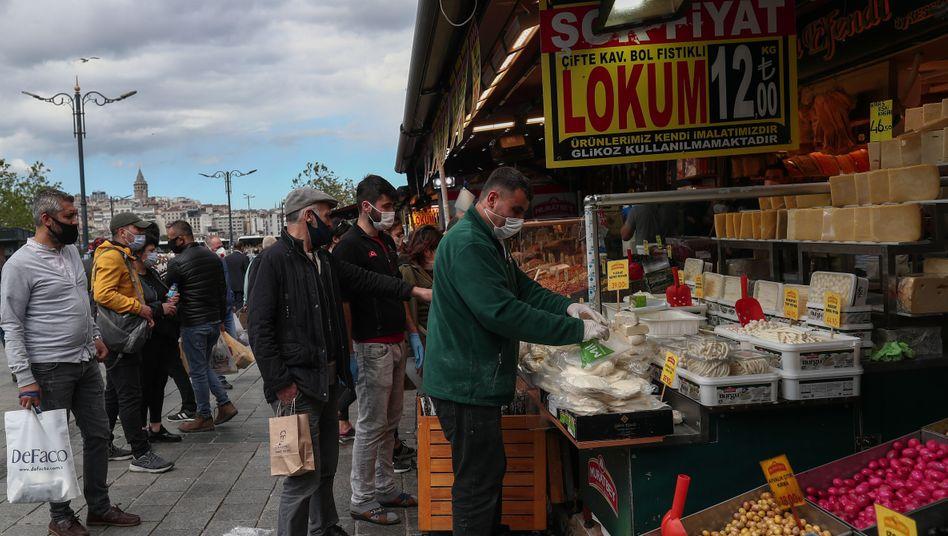 Menschen beim Einkaufen in Istanbul