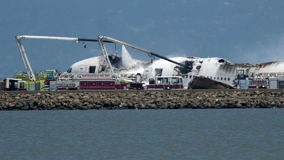 Überall Rauch und Trümmerteile: Asiana-Flug 214 ist beim Landeanflug in San Francisco abgestürzt, das Heck brach ab, dann brannte die Maschine aus
