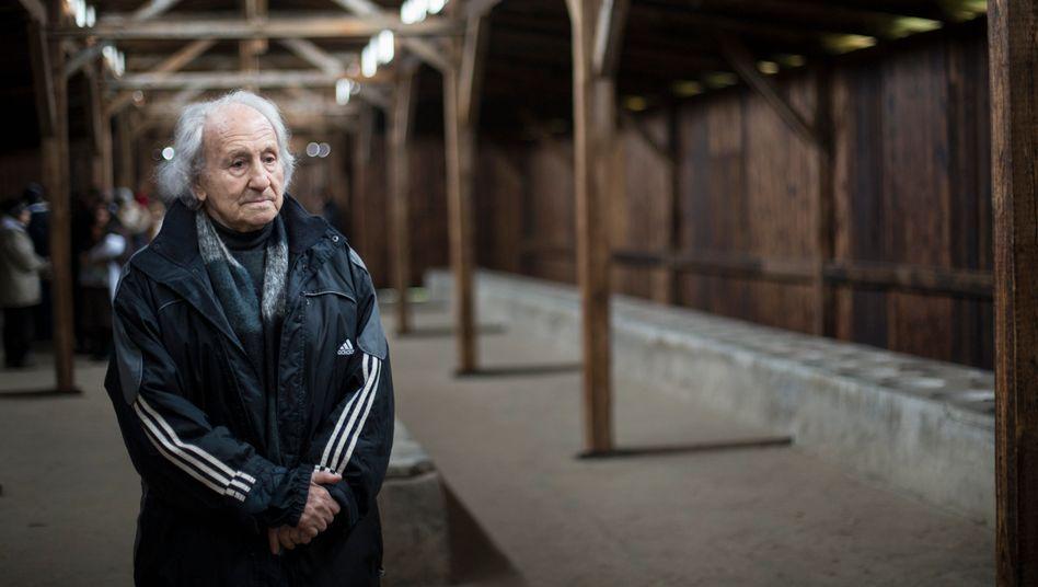 Noah Klieger bei einem Besuch der KZ-Gedenkstätte Auschwitz-Birkenau im Jahr 2014