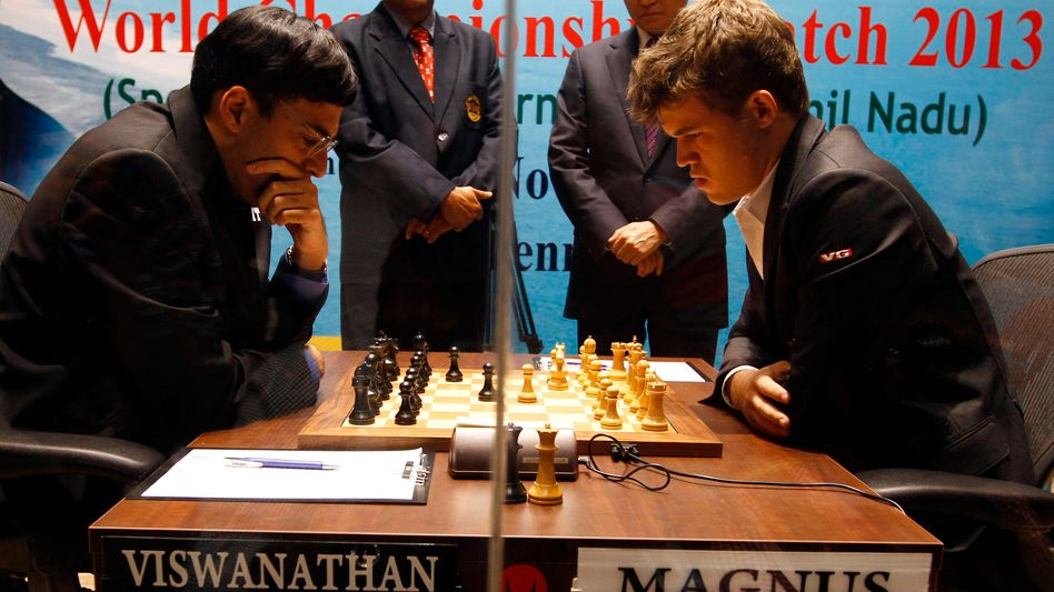 Carlsen (r.), Anand: Vier Remis in Folge