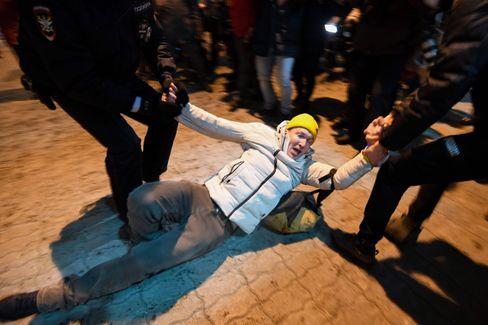 Polizisten verhaften einen Nawalny-Anhänger am Flughafen Wnukowo