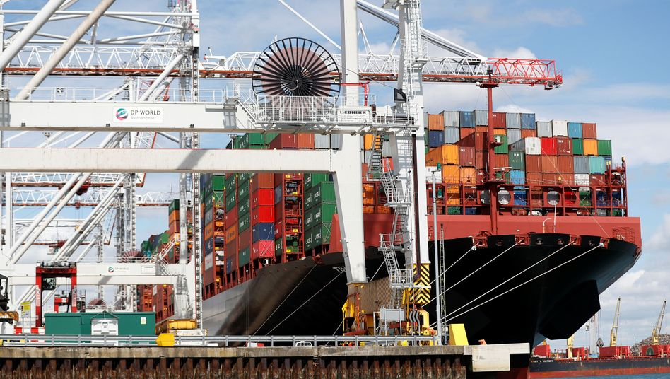 Containerschiff in Southampton: Auf Warenimporte angewiesen