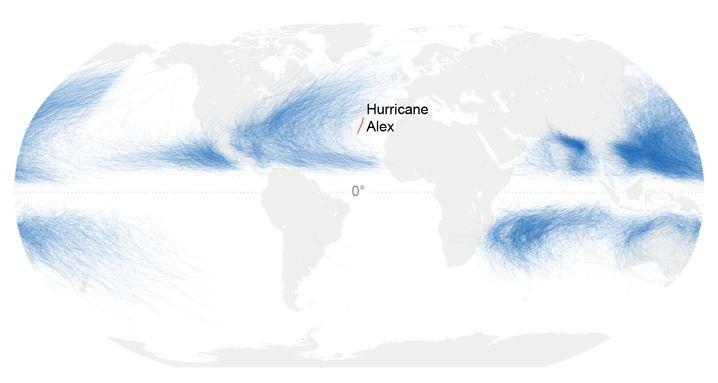 """Die Wege aller bekannten Tropischen Wirbelstürme seit Beginn der Messungen 1842: Die rote Linie zeigt die Route von """"Alex"""" - so weit östlich treten Hurrikane im Atlantik eigentlich aufnicht auf."""