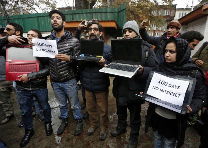 """""""100 Tage ohne Internet"""": Journalisten in Kaschmir protestierten im November gegen die indische Netz-Zensur"""