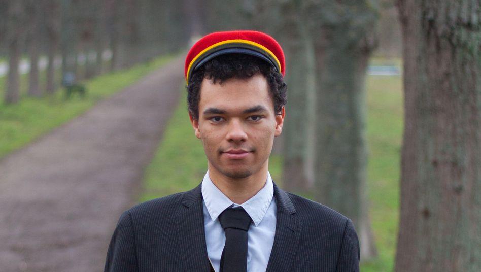 Leon Montero als »Fuchs«: »Einen Schwarzen mit Afro hatte er nicht erwartet« (Die tatsächlichen Farben der Burschenschaft auf Kappe und Schärpe hat Montero verfremdet, um die Verbindung zu anonymisieren)