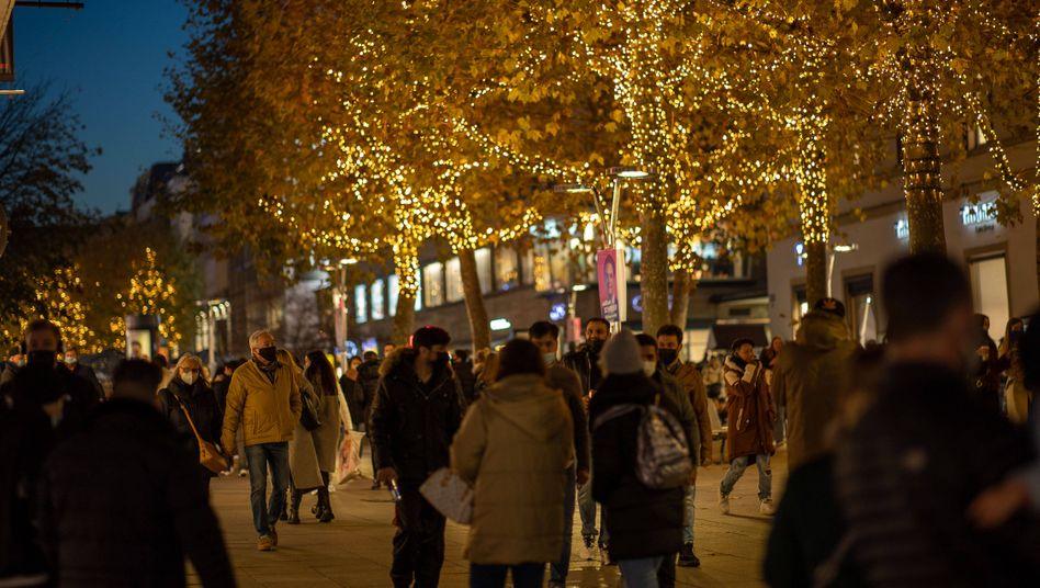 Weihnachtsschmuck in der Stuttgarter Innenstadt: »Winter bedeutet mehr Verbreitung des Virus«