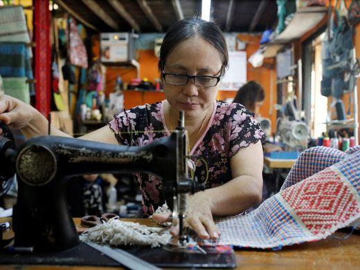 Gute Tat mit Unrat: Hla Hla Nwe näht aus alten Plastikabfällen Taschen